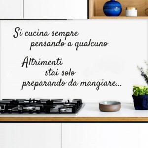 "Adesivo murale ""Si cucina sempre pensando a qualcuno…"""